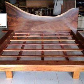tempat tidur kayu trembesi